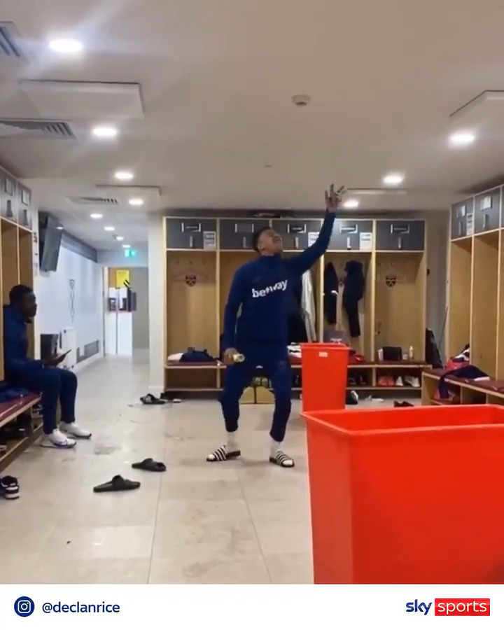 Those changing room moves...🕺😂  @JesseLingard | @_DeclanRice https://t.co/LSf2ZOwpwN