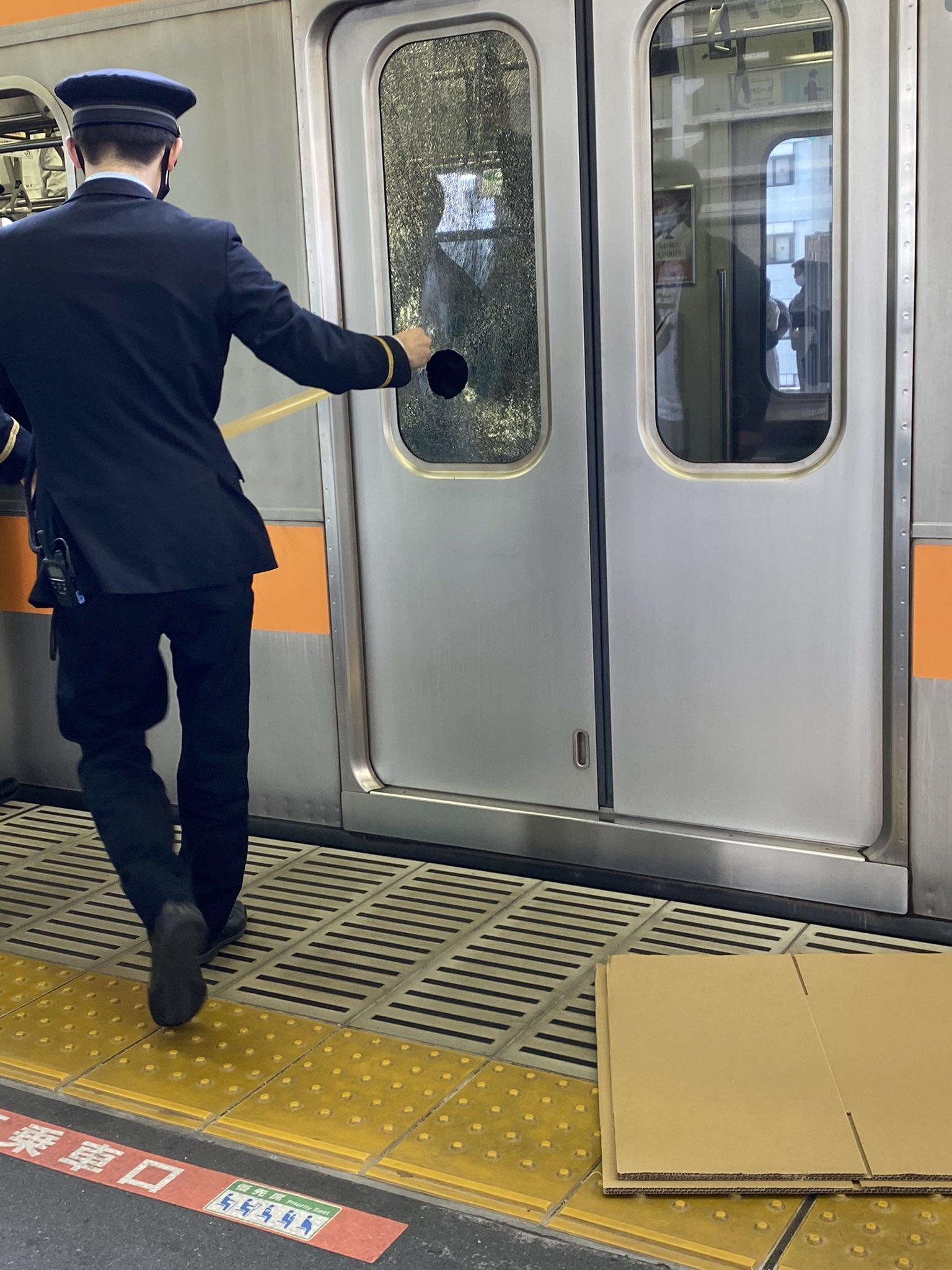 中央線の高円寺駅で窓ガラスが割れ運転を見合わせている画像