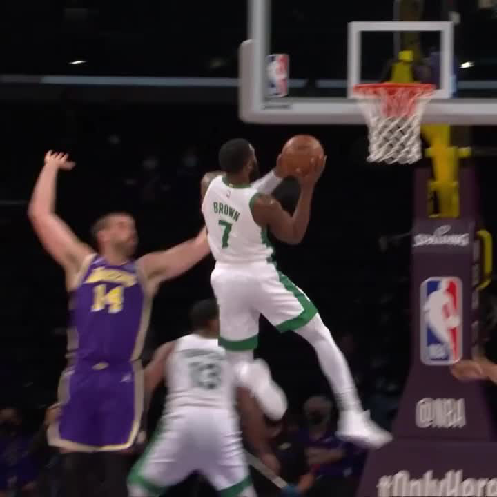 Jaylen Brown (21 PTS) put in work in the first half 😤 https://t.co/4FVWGnaI1l