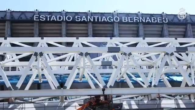 🆕🏟️ ¡Así progresan las obras del nuevo Santiago Bernabéu! 🏗️👷🏻 ¡Espectacular izado de la primera megacercha longitudinal! 🎥 #RealMadrid 👇 https://t.co/0NTgXgYSE8