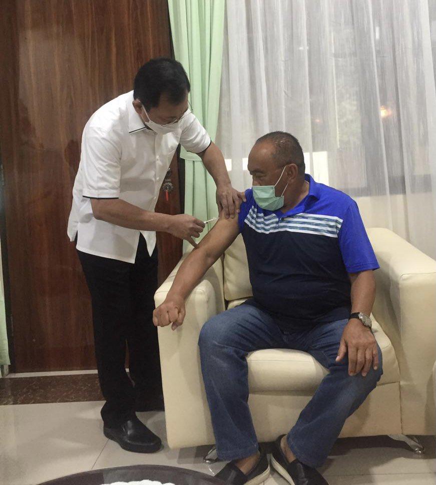 Aburizal Bakrie saat disuntik Vaksin Nusantara oleh mantan Menteri Kesehatan Terawan Agus Putranto.