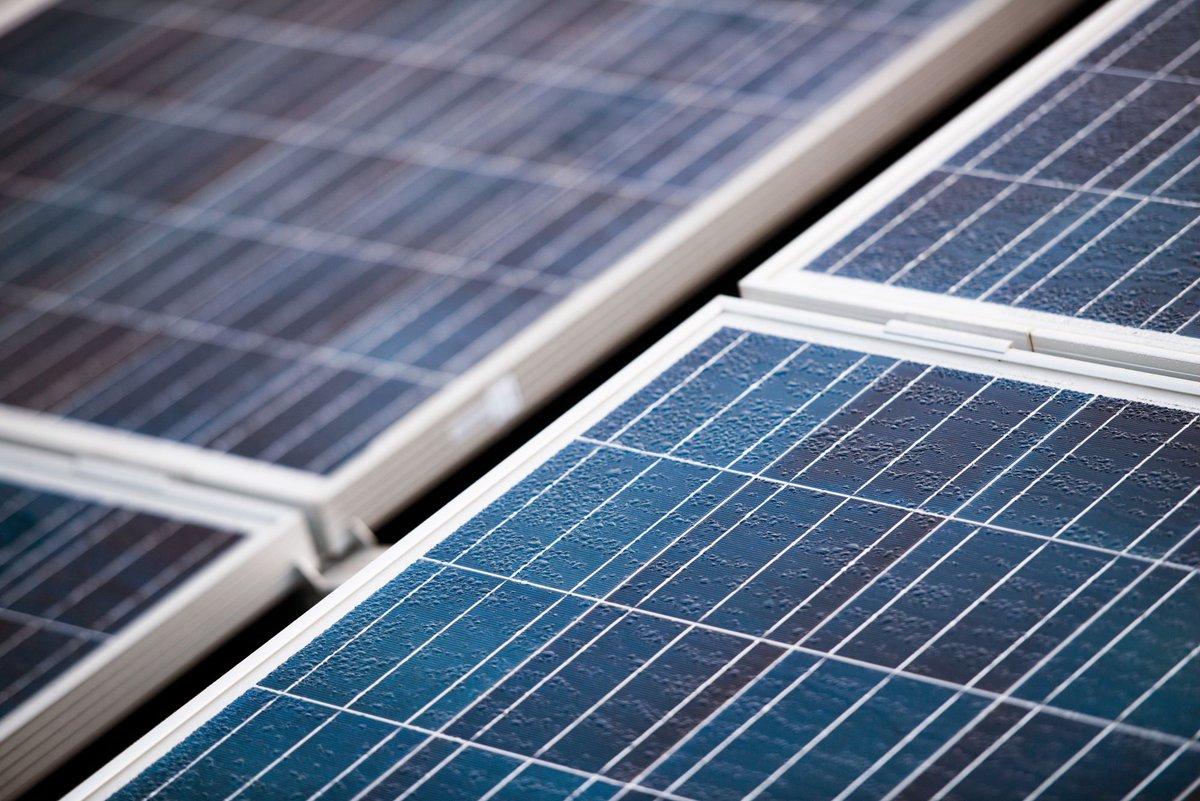 test Twitter Media - De geluidswal A12 krijgt een 1,5 kilometer lange strook met zonnepanelen. Bijna 12.000 zonnepanelen = goed voor 1.600 huishoudens. Met dit zonneveld zijn we weer een stap dichterbij een klimaatneutraal Utrecht. ➡️ https://t.co/W6IbKyChMR https://t.co/iJAMaVA9Xd