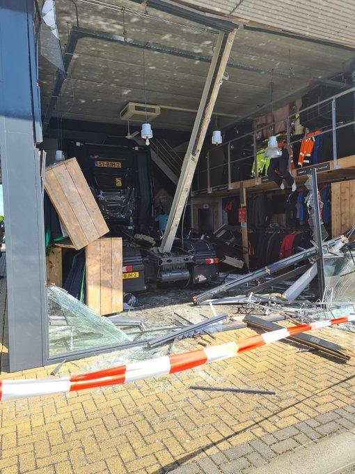 Vrachtwagen is bedrijfspand bij Honderdland binnen gereden, geen gewonden. https://t.co/gM9J3zrqsb