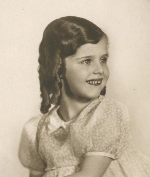 18 April 1932 | A Czech Jewish girl, Doris Kindlerová, was born in Prague.  In #Theresienstadt Ghetto from 17 December 1942.  Deported to #Auschwitz on 18 May 1944. Registered in the Theresienstadt family camp in Birkenau. She did not survive. https://t.co/INnZBQdlb9
