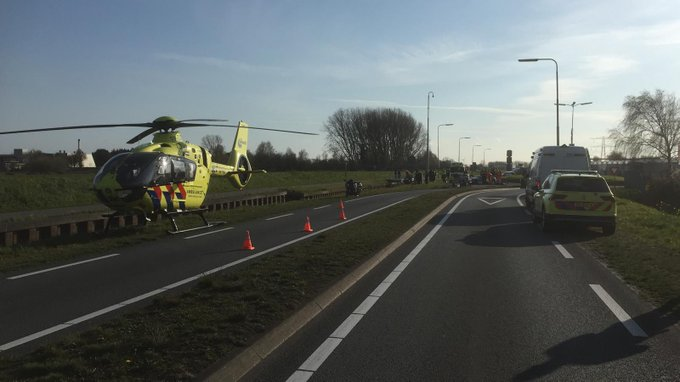 Honselersdijk Veilingroute   afgesloten na ongeval motoren.  Traumahelikopter tp https://t.co/9q6q2xK5DX