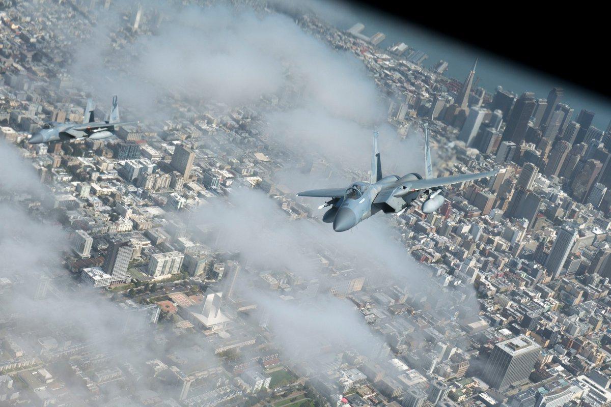 Simplement, #F15 #Eagles sobre #SanFrancisco (U.S. Air Force photo by Senior Airman Lawrence Sena) #USAF #FOTON #aviation