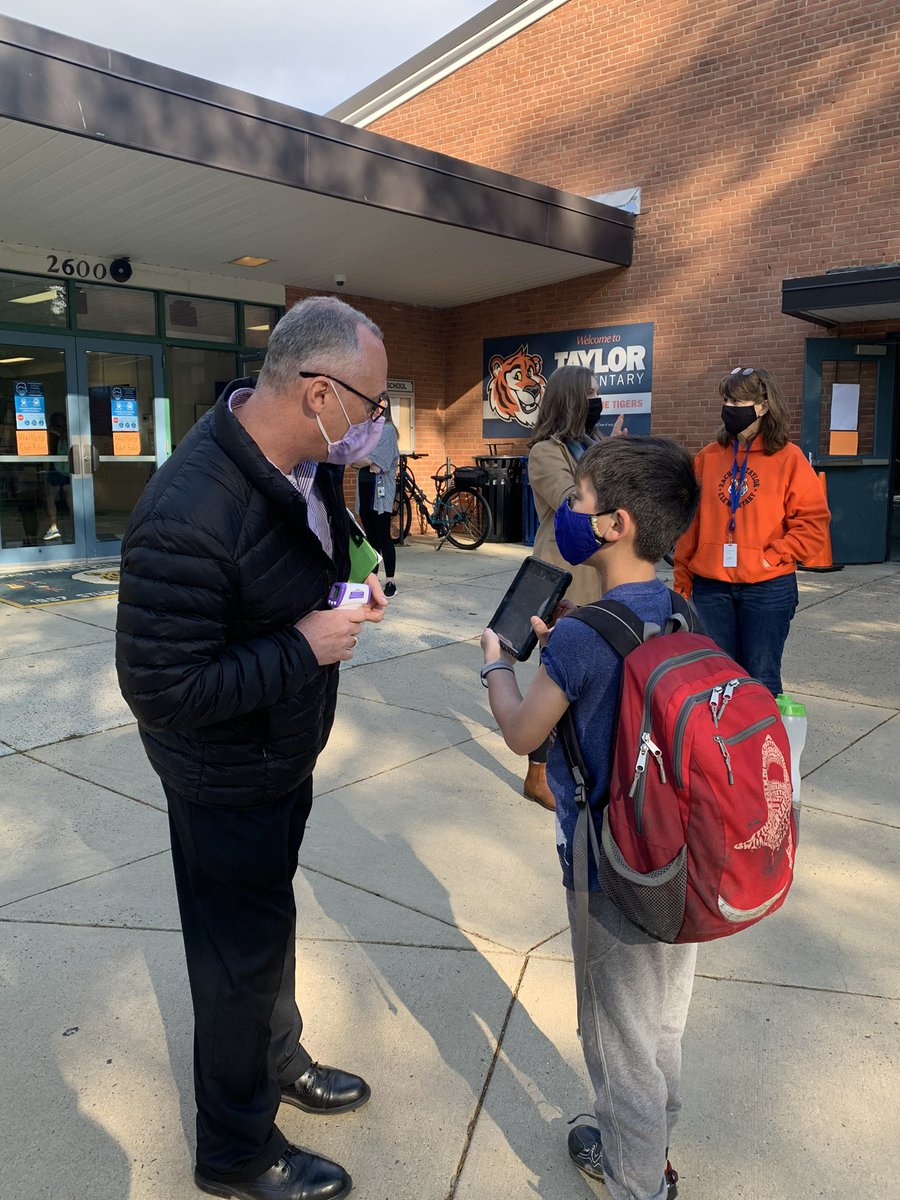 Principal <a target='_blank' href='http://twitter.com/HaroldPell'>@HaroldPell</a> is doing his daily checks making sure students are ready to come to school. <a target='_blank' href='http://twitter.com/TaylorPTAtalk'>@TaylorPTAtalk</a> <a target='_blank' href='http://twitter.com/APSVirginia'>@APSVirginia</a> <a target='_blank' href='http://twitter.com/ilovearlingtonv'>@ilovearlingtonv</a> <a target='_blank' href='https://t.co/XvvgFJ9wZg'>https://t.co/XvvgFJ9wZg</a>