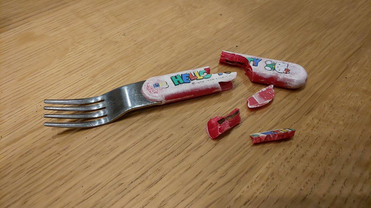 ケーキを食べていただけなのに…幼稚園の頃から使っているキティちゃんのフォークが砕けたw