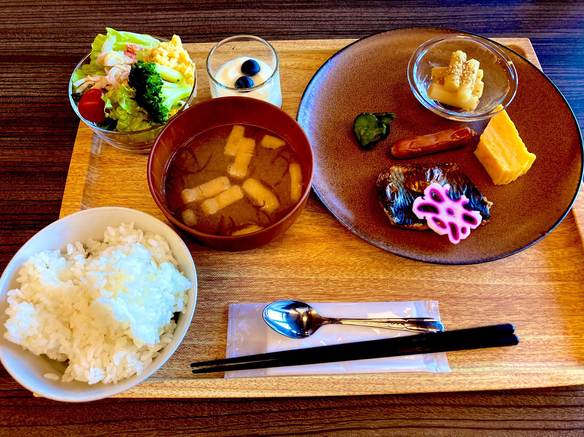 朝食のセットメニュー・ご飯と味噌汁とサラダと魚類な和食セット