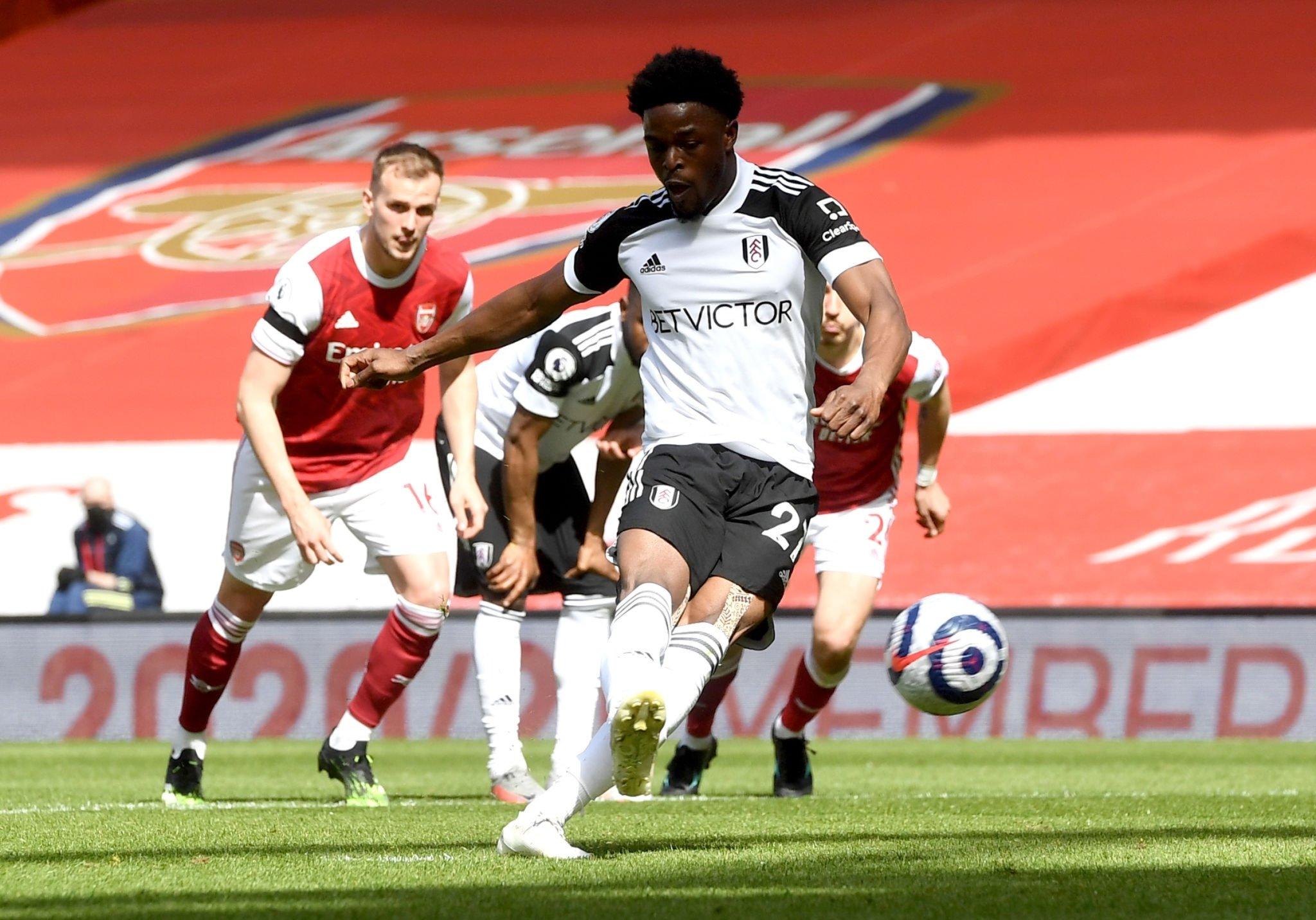 Josh Maja ejecuta el penal en el primer gol del Fulham ante el Arsenal.