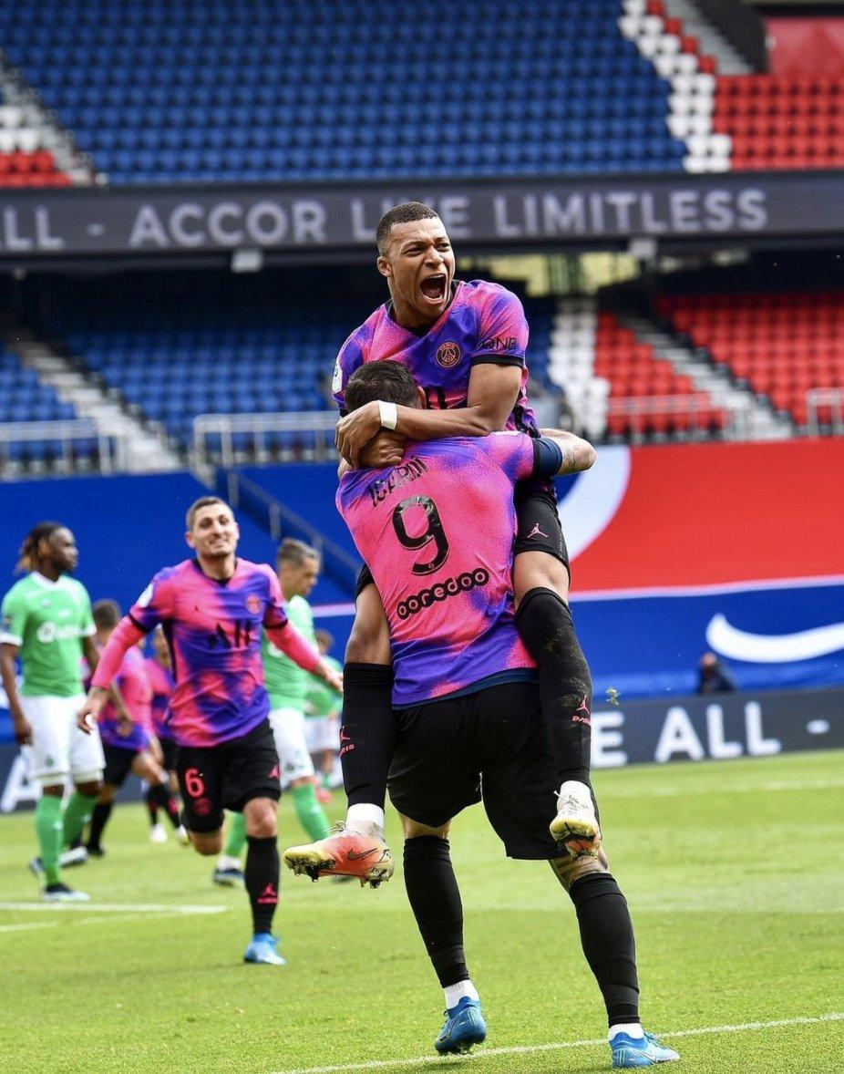 El PSG se impone al Saint-Etienne en el minuto 94 (3-2) y se coloca a 1 punto del líder Lille