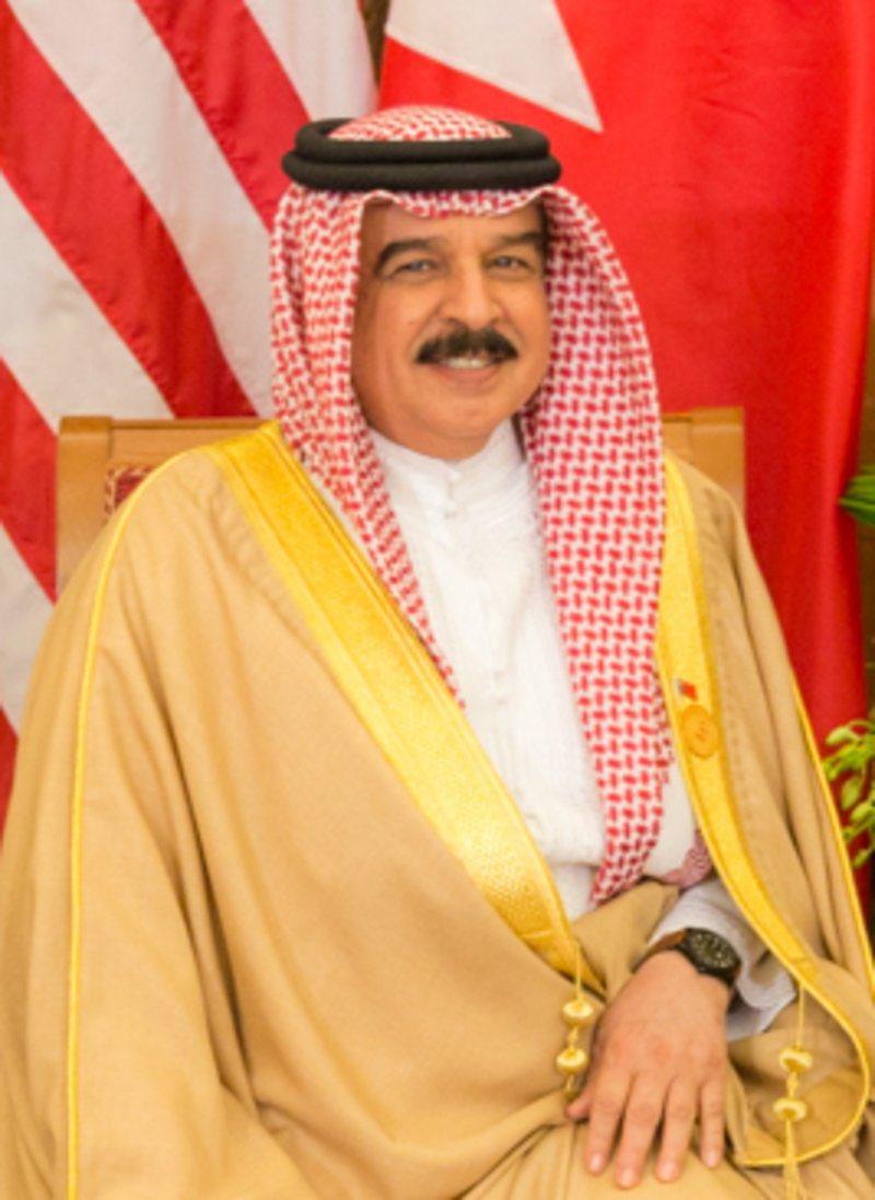 ملك البحرين يستقبل الأمير عبدالعزيز بن سعود.