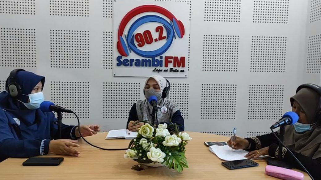 """dr Lia Subhan (tengah), Kadiv EdukASI dan Pelatihan  Komunitas Aceh Menyusui, dr Lia Shuban saat menjadi narasumber dalam KBS Samara dengan tema """"Tips Sehat Berpuasa, Meski Hamil dan Menyusui,"""" yang disiarkan langsung melalui Radio Serambi FM dan media sosial milik Serambi lainnya, Minggu (18/4/2021)."""