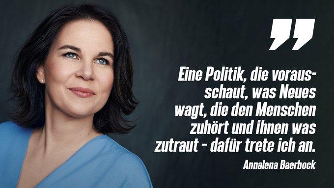 Nahaufnahme von Annalena Baerbock, sie schaut nach rechts oben aus dem Bild. Sie trägt ein hellblaues Oberteil. Auf dem Foto steht in weißen Buchstaben: Eine Politik, die vorausschaut, was Neues wagt, die den Menschen zuhört und ihnen was zutraut -- dafür trete ich an.