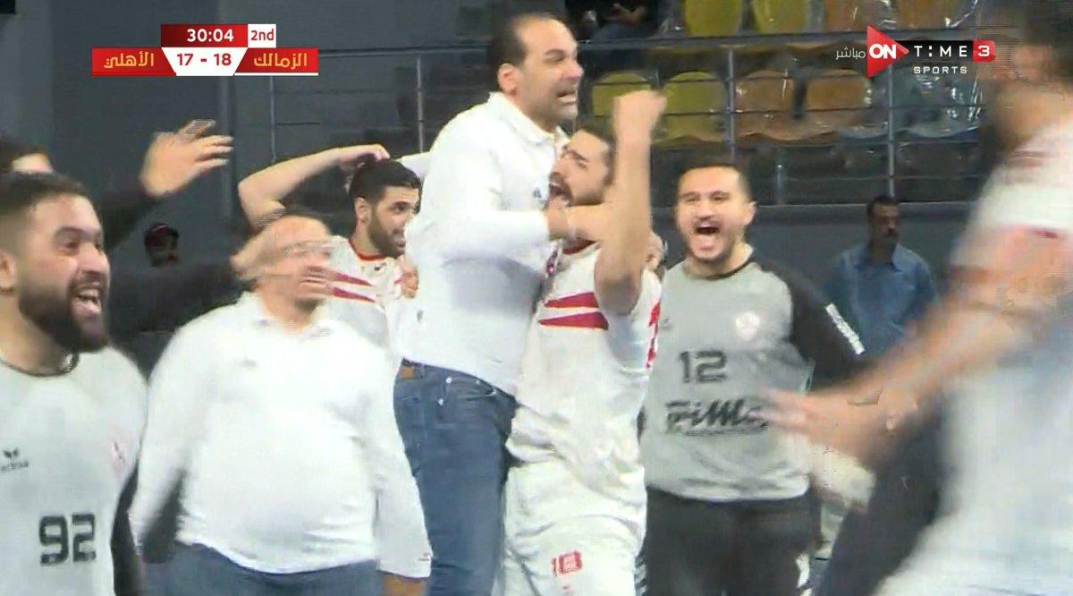 احتفالات لاعبي الزمالك مع مدربهم حسين زكي