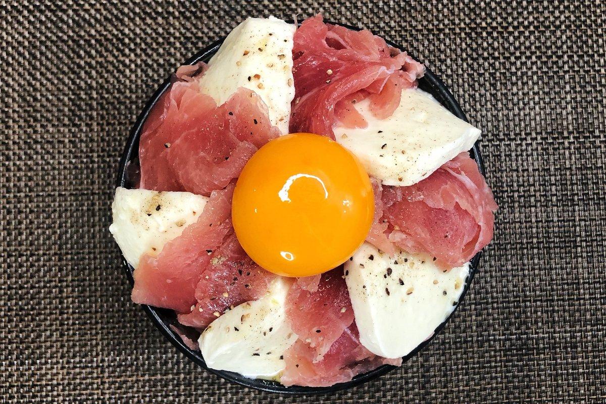 ごはんをパンに変えても美味しそう!生ハムとモッツァレラチーズを使った丼ものレシピ!
