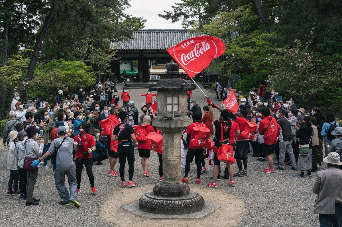 遠くから赤いユニフォームの集団が音楽を流し走ってくる。ランナーがやってきたぞ、そう思った観客は拍手...