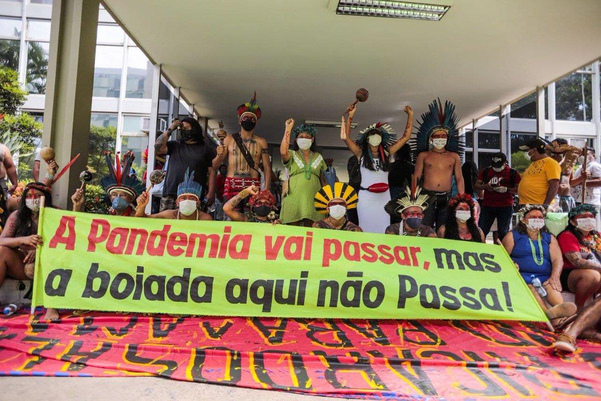 Nesta terça-feira indígenas realizaram ato em Brasília para denunciar os projetos de exploração de suas terras pela mineração e pelo agronegócio. O ato levantou faixas contra o PL 191/2020 e contra o ministro Ricardo Salles #ForaSalles  📸 @midianinja https://t.co/2aUeYSGvpt