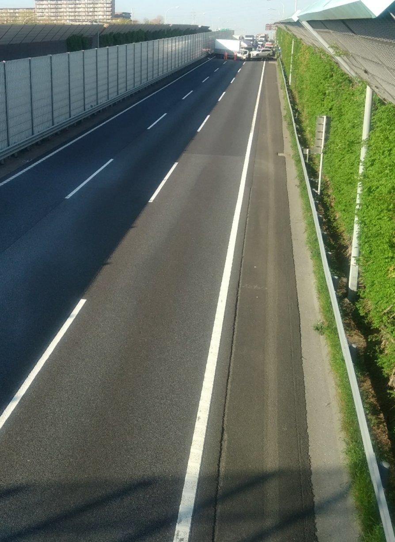 東関東道の宮野木JCTの事故で車線を塞いでいる事故現場の画像