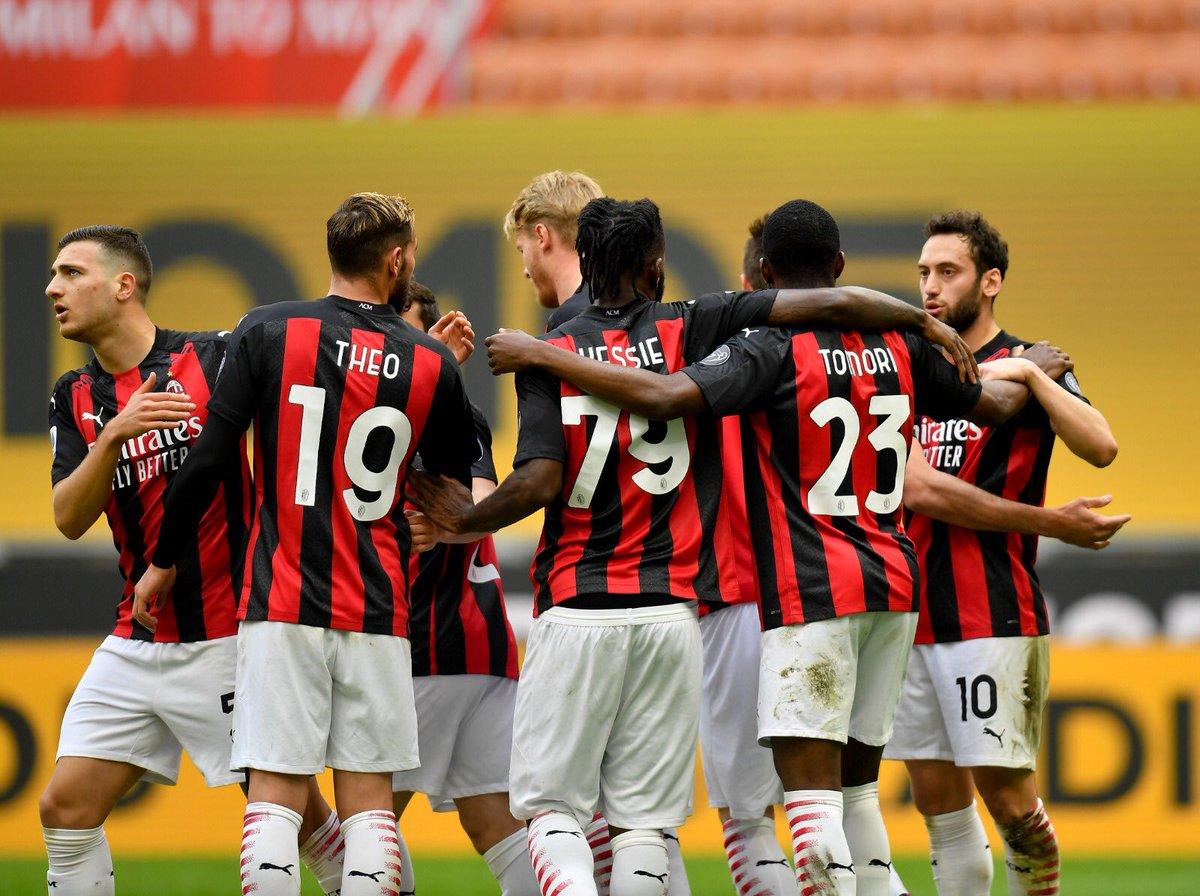 Sempre @acmilan!!! 🔴⚫ #MatchDay ⚔️ #MilanSassuolo https://t.co/oYik5hcHXz
