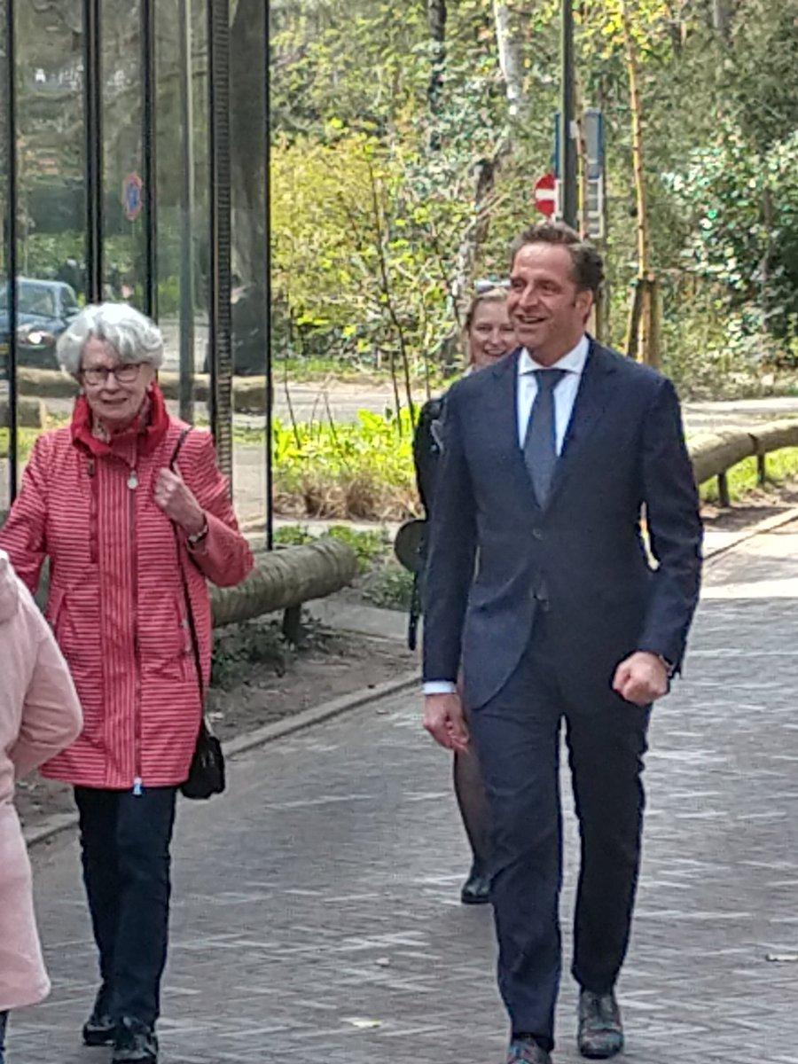 Vandaag kwam minister @hugodejonge op bezoek in @Binnenbos om te praten over eenzaamheid in @gemeentezeist. Lees hier alles over onze aanpak: https://t.co/wXb5lAG6Vn #zeist #eentegeneenzaamheid