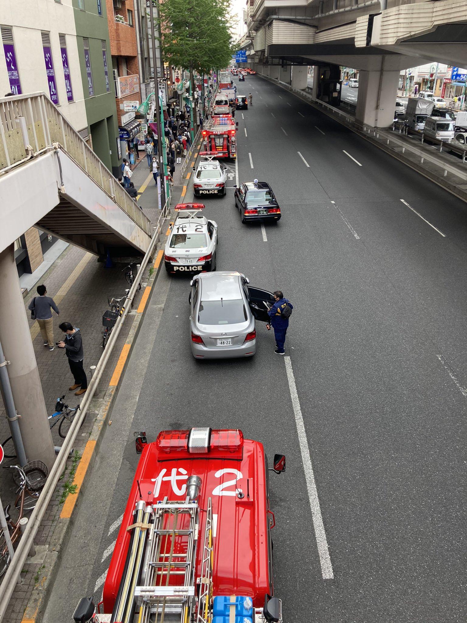 笹塚駅の人身事故で緊急車両が集結している画像