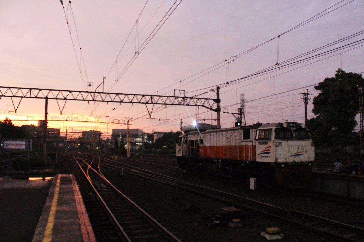 kangen banget sunsetan di stasiun jatinegara diujung barat peron 1 atau 5.  in frame : CC 206 13 31 YK https://t.co/Er2N78bybO