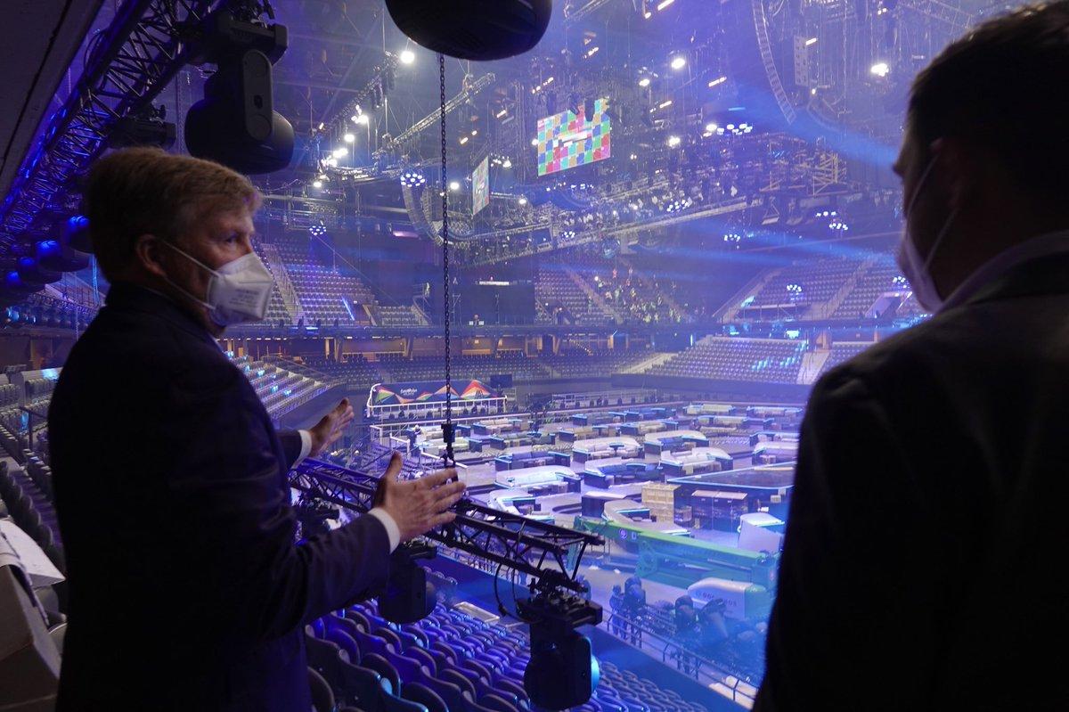 test Twitter Media - De Koning bezoekt de organisatie van het Eurovisie Songfestival in Rotterdam Ahoy. Hij spreekt verschillende teams over de uitdagingen bij een live muziekshow van deze omvang en krijgt een rondleiding in de arena waar de opbouw in volle gang is. https://t.co/MNCXRWbRiy https://t.co/FjywEEHbaR