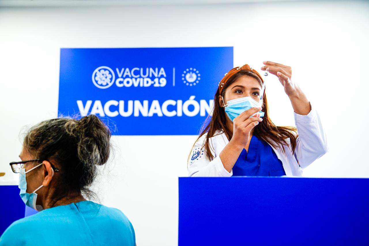 Salud prevé vacunar a mayores de 50 años en próximas semanas