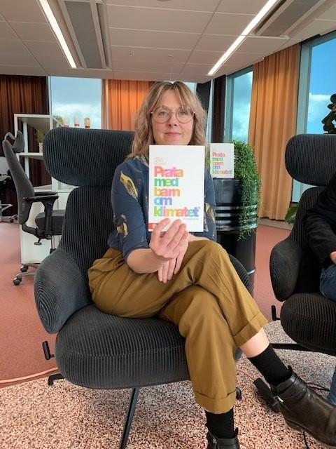 """Vår tidigare kollega @KlimatFrida, i dag verksamhetsledare på @VaraBarnsKlimat, besökte oss och berättade om sin bok """"Prata med barn om klimatet: en handbok"""". Bra och konstruktiva råd om hur vi vuxna kan vara ett stöd när klimatoron dyker upp. https://t.co/dPnKfGrOK6"""