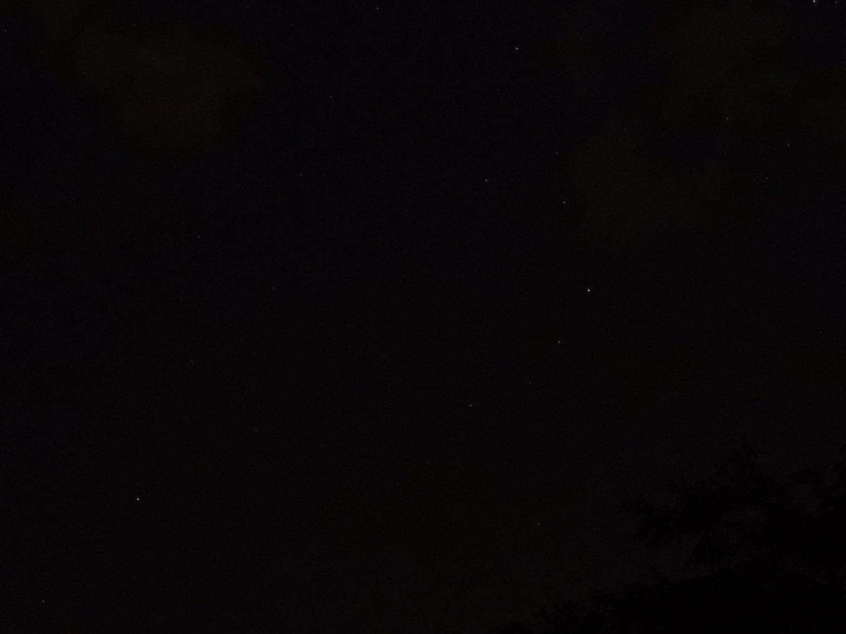 Ich freue mich so, ich sehe Sterne! 🤩 Ich weiß schon nicht mehr wie sie aussehen! Die #NördlicheKrone #coronaborealis habe ich einfach mit beim Mondaufnehmen erwischt zwischen den Wolken mit #P1000! Ich habe sie aus der Kamera geworfen vor Glück! https://t.co/pgWoodRxLY