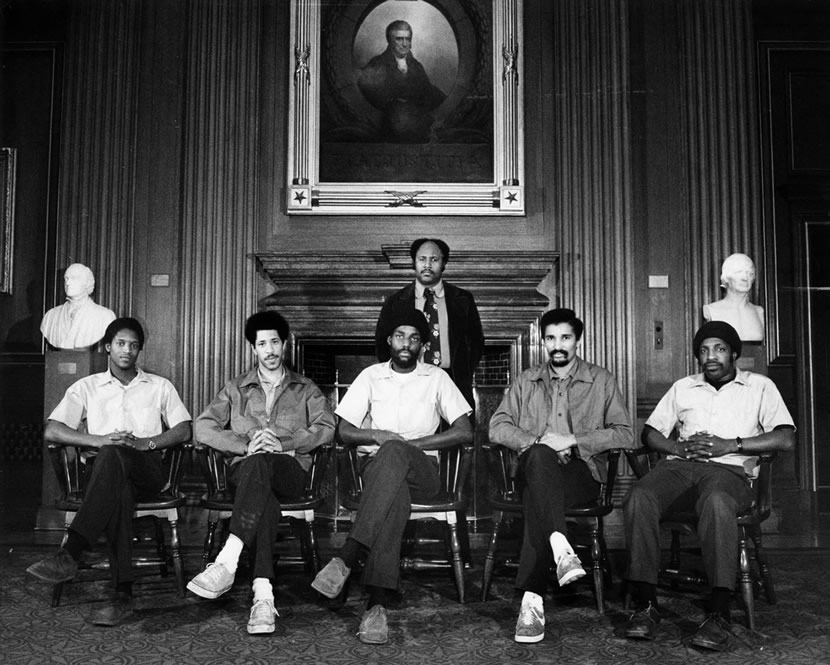 I think I've found my favorite picture ever taken inside the Supreme Court, and it's of building support staff setting up for the justices' group photo. From 1976.  It rules: https://t.co/YPfocTjBxD