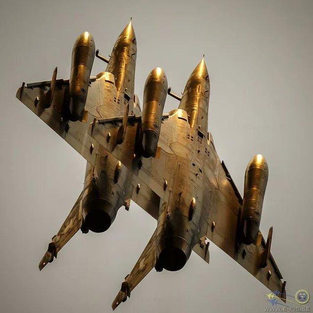 armée de l'air EzzqVyIWUAEESnF?format=jpg&name=small