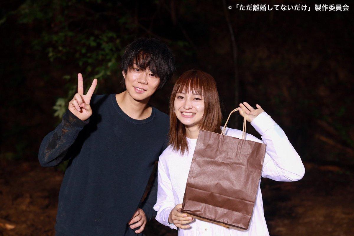 \#ただ離婚してないだけ/ #萩原みのり さんのクランクアップ記念写真✨ 大雨、そして山奥の日のクランクアップでした⛰☔️ ドラマの中では見られなかった、2人ともが笑顔の写真…📸 本当にお疲れ様でした✨ 最終回の配信は、10/7(木)0:39まで❗️ video.tv-tokyo.co.jp/tadarikon/epis…