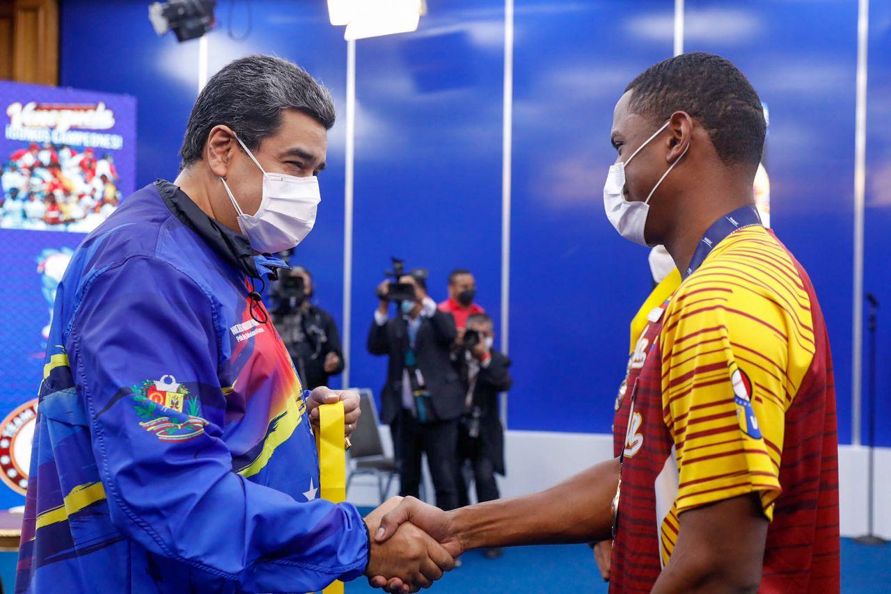 Maduro condecoró a la Vinotinto Sub-23 de béisbol