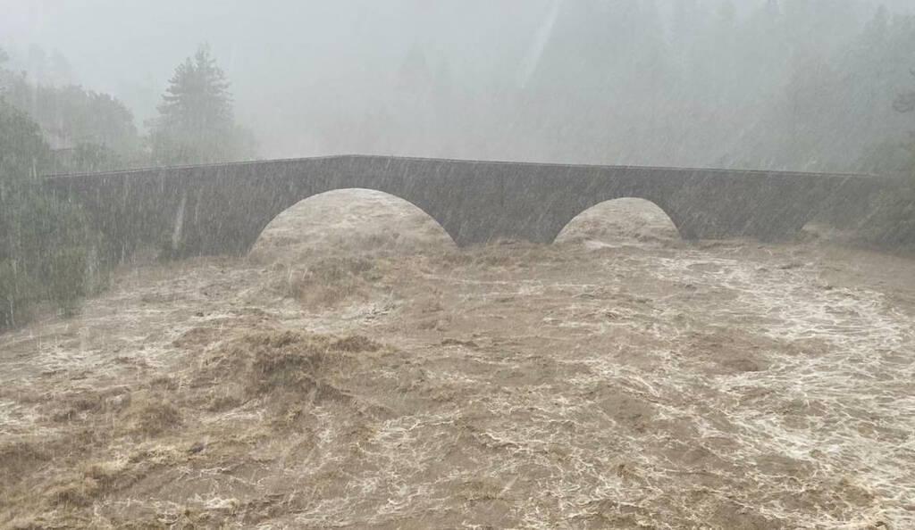 Cumuls en 24h glissantes actualisés ce soir à 20h en Ligurie :  859 mm à Rossiglione  605 mm à Montenotte Inferiore 452 mm à Urbe 343 mm à Campo Ligurie (Prai) #Italie