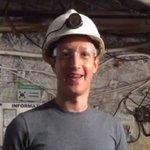 Image for the Tweet beginning: Zuckerberg checando el cable que