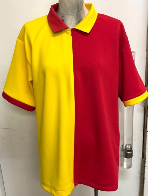 💻WEB会議中💻  カルビーさんとの共同企画会議が大詰めです!  麦とホップ担当 「服作っちゃいましたーー どうですか、このツートンの服!!」  ゴールドスター担当 「サッポロの黄色とカルビーの赤色を活かしたデザインにしましたー 襟元を逆色にした点がこだわりポイントです」