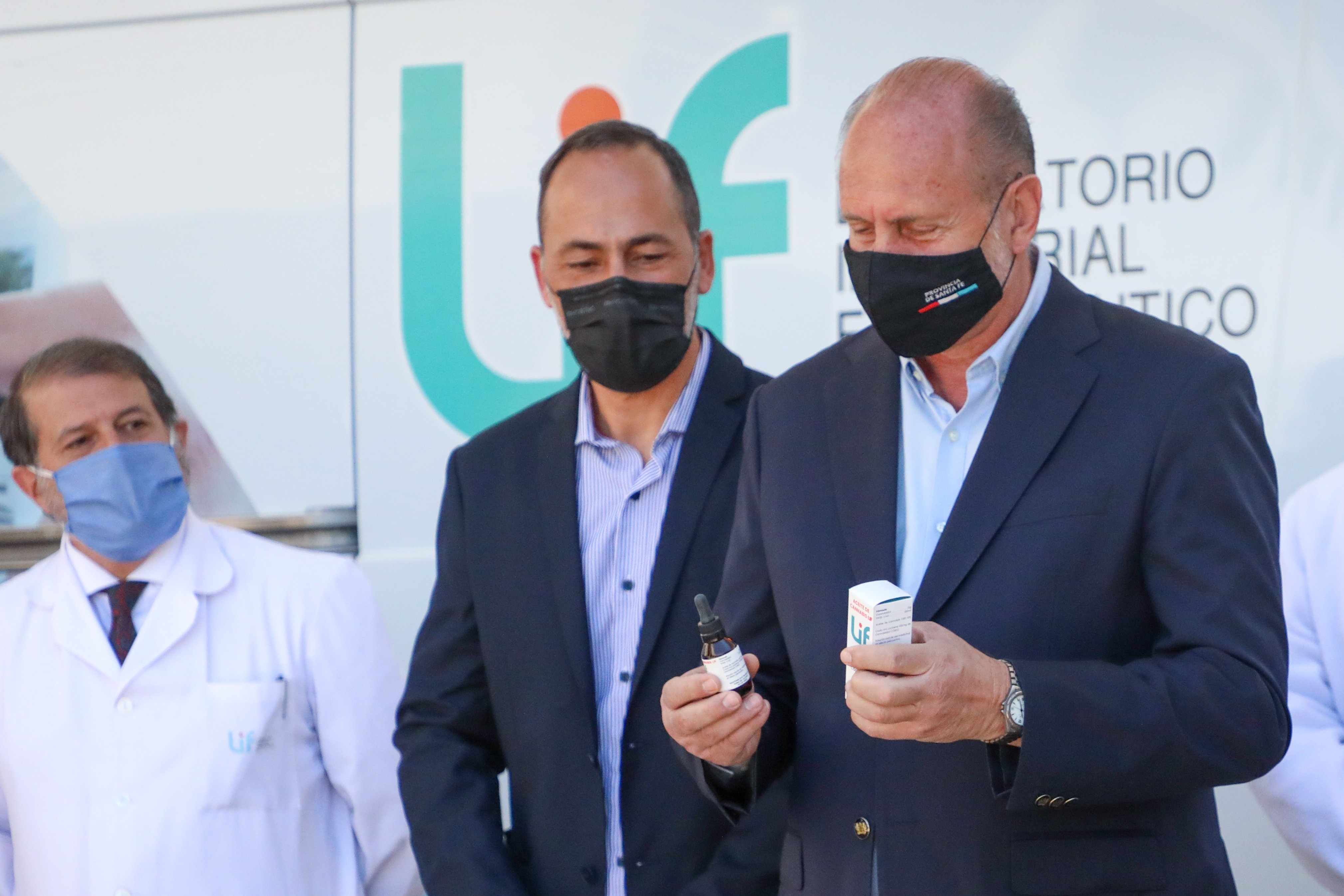 Un laboratorio público de Santa Fe presentó el primer lote de aceite de cannabis medicinal