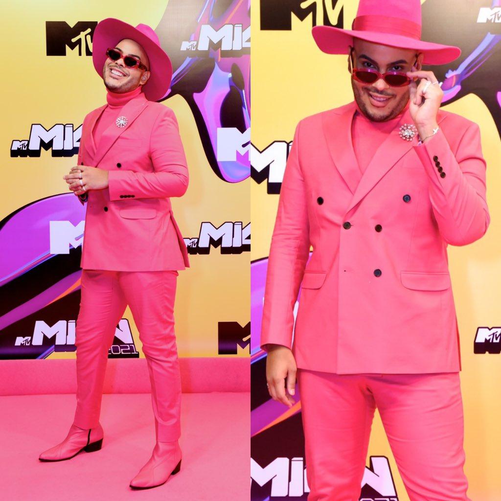 """Rosa e Rosinha tá diferente, né? Meu look total pink pro Pink Carpet do @MTVMiawBrasil 2021! Na verdade, eu usei essa roupa na abertura do Miaw 2019, que apresentei com a @sabrinasato… Aí olhei pro look e falei """"onde vou usar ele de novo?""""… (Foto: Rodrigo Trevisan) https://t.co/JUpocpXRxv"""