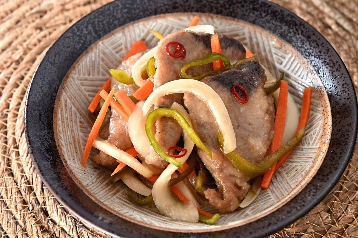 いつも豆アジで作ってる南蛮漬けは、カツオの刺身でもできるのかー。東京のスーパーだとカツオの方が入手しやすいのでやってみたい。/脂がのった戻りがつお刺身で作る「南蛮漬け」が酒にもご飯にも合う。小骨もないし、野菜もたっぷり【魚屋三代目】