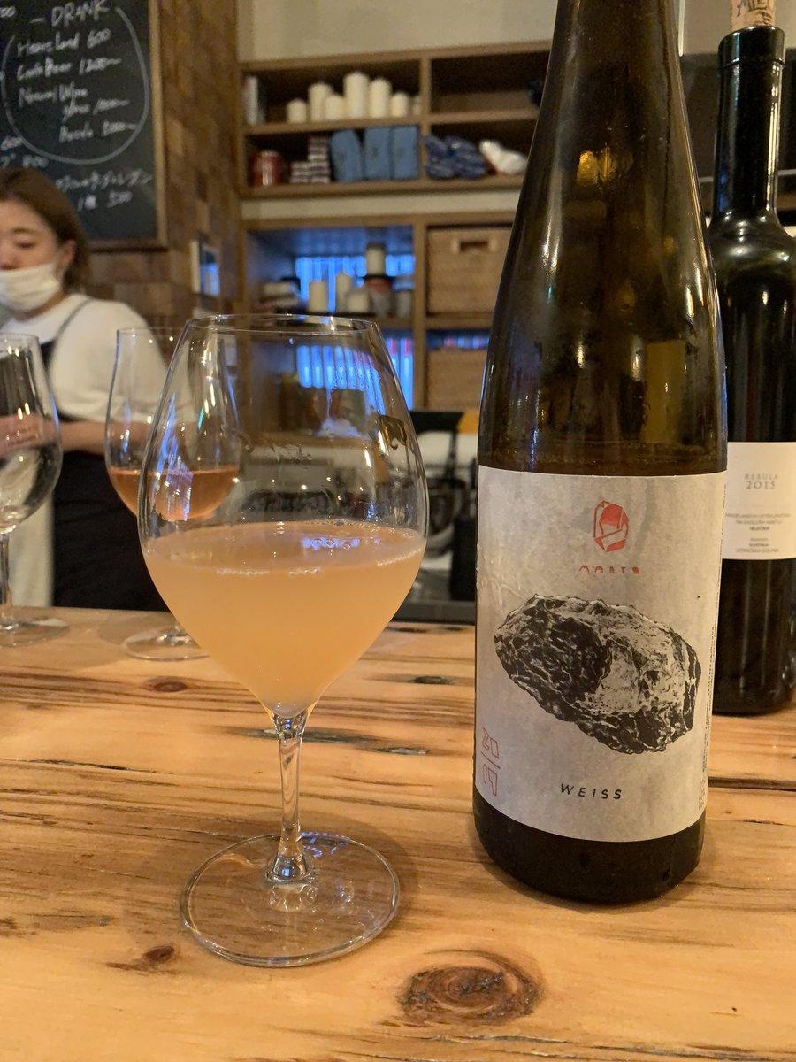 Neo(ネーオ)(神泉)ラブホ街ど真ん中に新たにできた自然派ワインの飲めるスタンディングバー。アウレリオの系列店なのでお料理も美味しい。気さくな女性店員がいらっしゃるので女性のおひとり様でも安心。