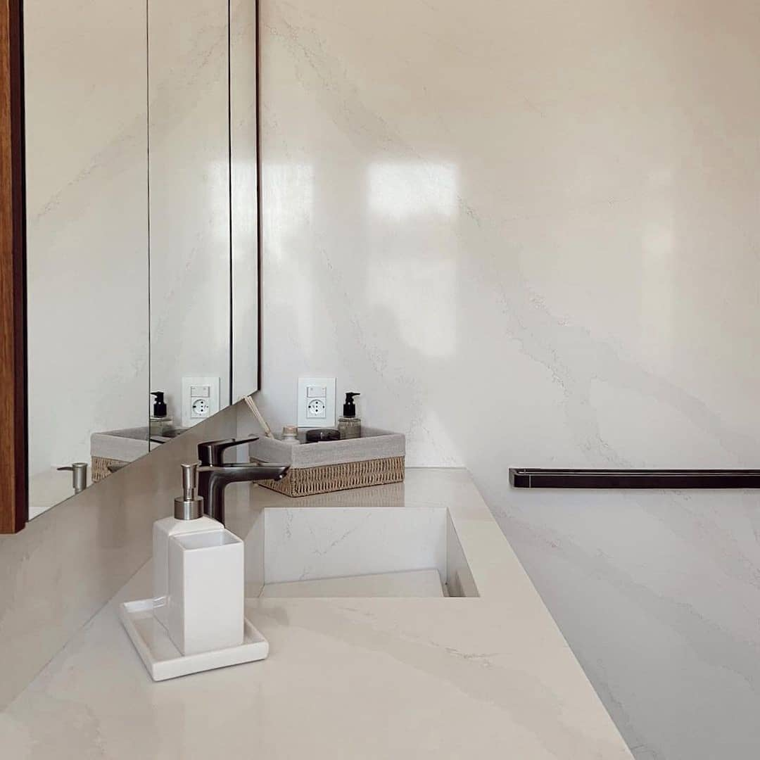 Most of the times, we see #Silestone Eternal Calacatta Gold in kitchens, but what do you think of using it in the bathroom? ❤️ this post if you like this idea. 🛠️ Marmolería Anibal Abbate and Juan Diego Vecino Arquitectos. 👉 bit.ly/38AtLlp