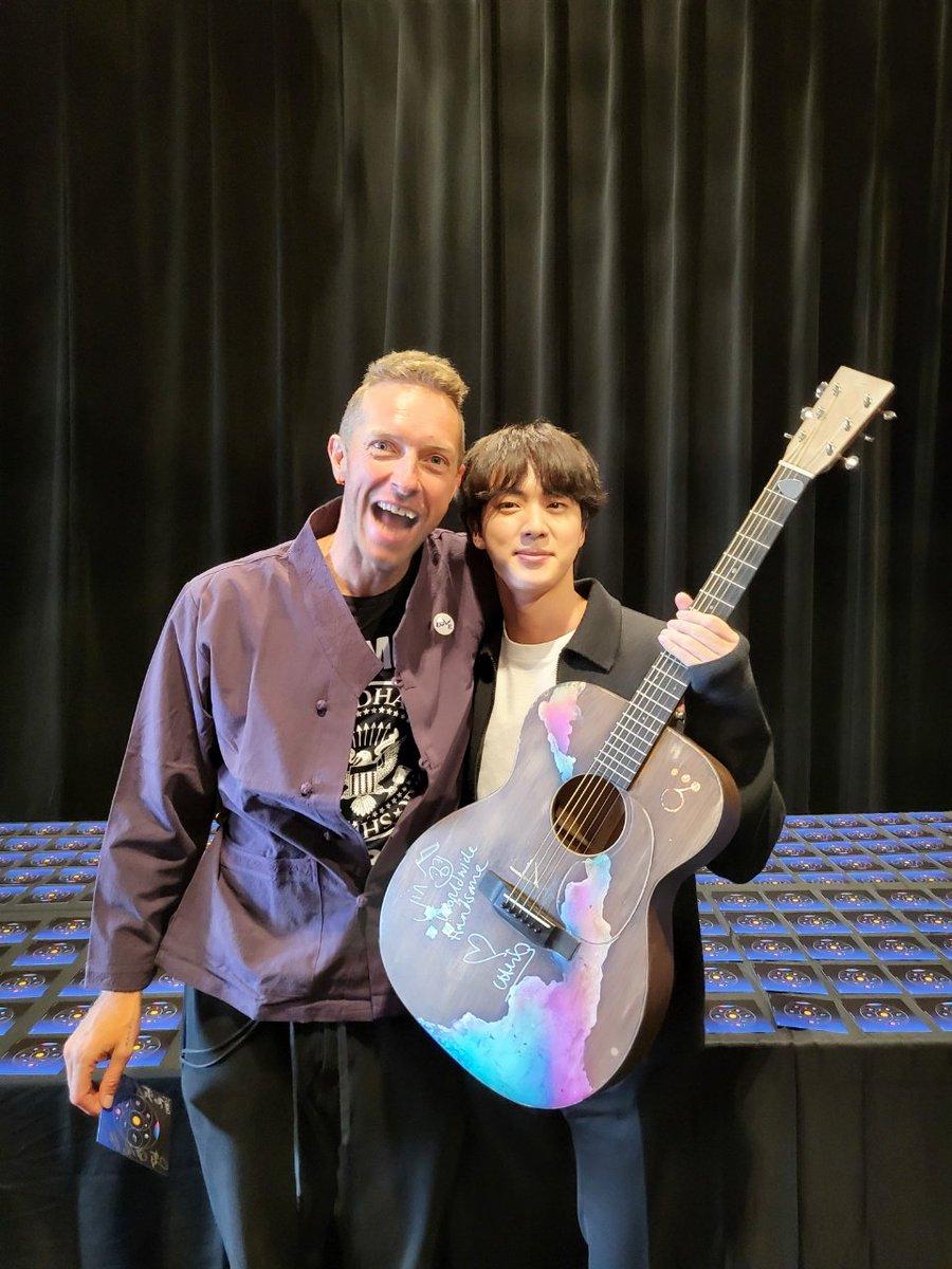 RT @BTS_twt: Chris Martin이 그의 공연 끝나고 선물해준 기타 기타 멋있다하니 쿨하게 준 마이 프렌드 집안 가보로...