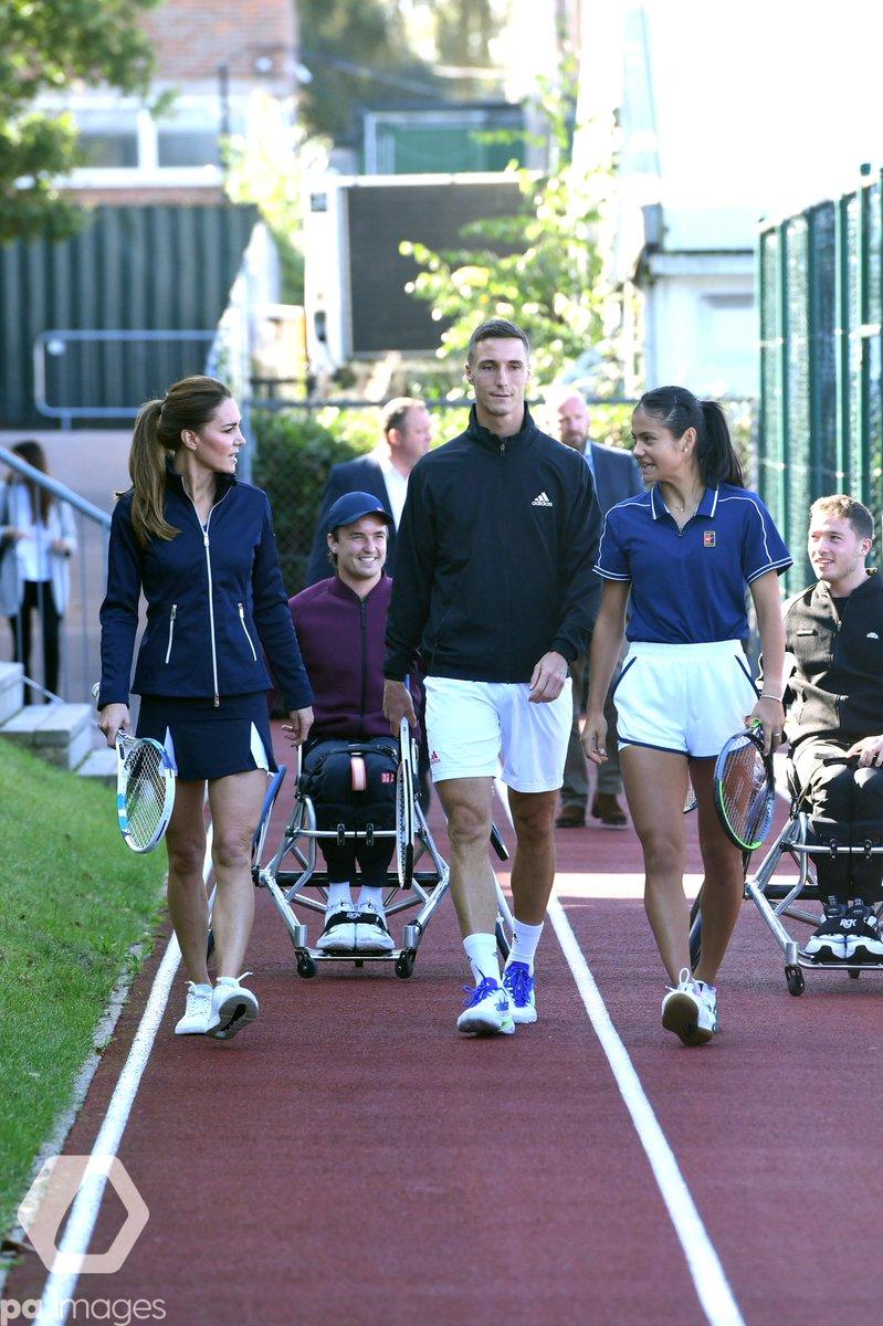 LTA gençlik programı tarafından bu sene Amerika Açık'ta şampiyonluk elde eden Britanyalı tenisçilerin ağırlandığı etkinlikte Emma Raducanu, Cambridge Düşesi Kate Middleton ile birlikte korta çıktı.