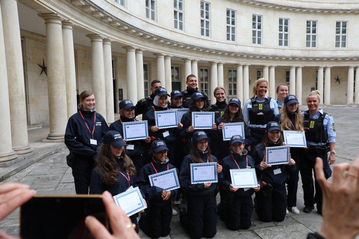 Disse 12 piger er i dag blevet udnævnt til juniorbetjente. Pigerne, der er i alderen 12-14 år, modtog deres diplom efter at have gennemført en række forskellige politiøvelser sammen med lokale betjente fra Folehaven og samarbejdspartnere. Vi ønsker stort tillykke #politidk https://t.co/jFNehUsUVM