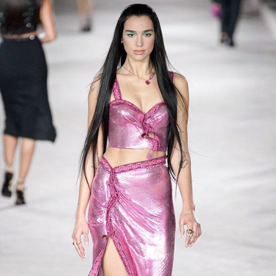 .@DuaLipa makes her runway debut at the #VersaceSS22 show for Milan Fashion Week.