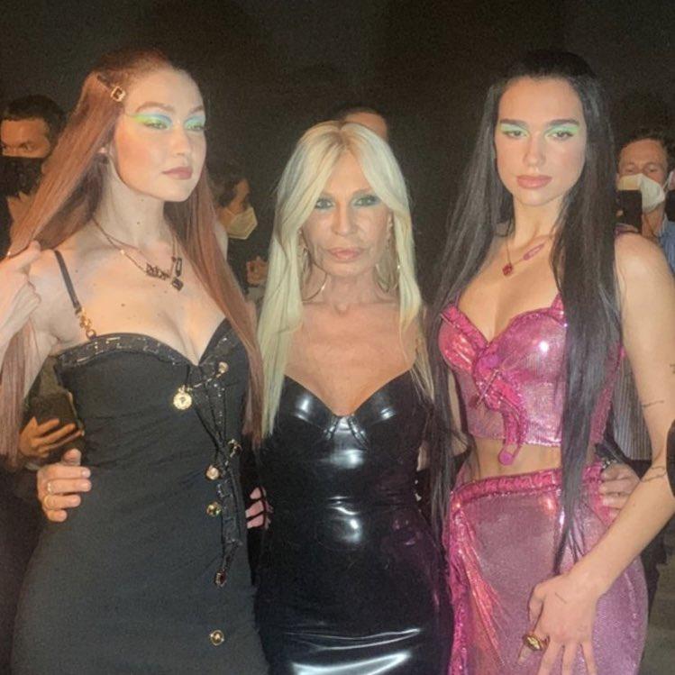 PERFEITAS: Dua Lipa, Gigi Hadid e Donatella Versace no desfile de hoje! 😍🥰 https://t.co/oE7HfjKJYg