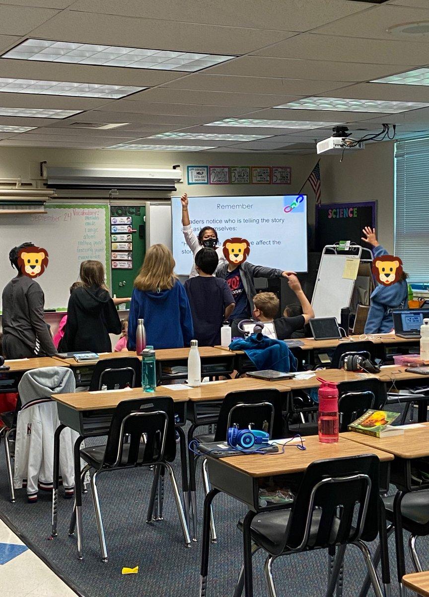 碰巧看到傑克遜女士和麥喬治女士班上的一些五年級學生在玩西蒙說的遊戲。 她讓它們移動和開槽。 @CRJEducation @longbranch_es @LB_5thGrade https://t.co/JksXXMmsbd