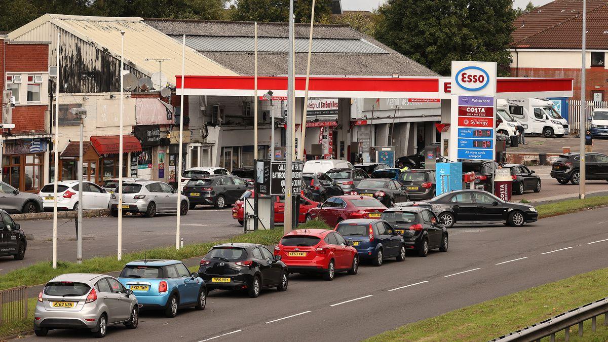 Petrol stations announce £30 limit on fuel after 'unprecedented' customer demand mirror.co.uk/news/politics/…